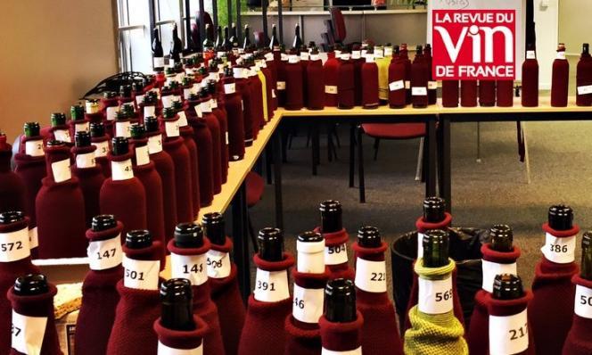 les bouteilles de  vins lors de la grande dégustation meilleurs bouteille présentent aux salons